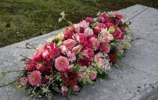 Uitvaartbloemstuk roze rood voorjaar